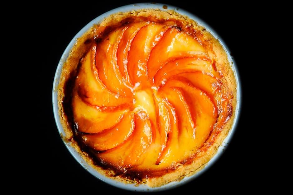 Aprikosenkuchen auf schwarzem Hintergrund.