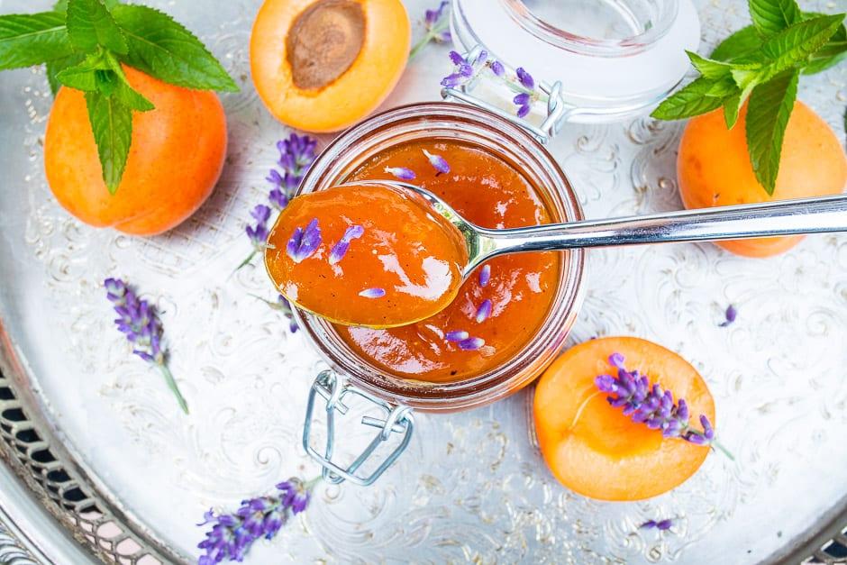Feine Aprikosenmarmelade mit Lavendel
