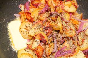 Braterdäpfel mit Gewürzen und Kräuter, sowie mit Butter vollenden.