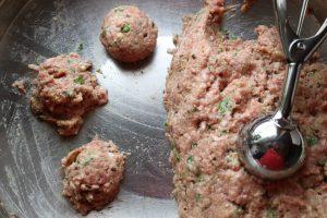 Hackfleischmasse vermischen und portionieren