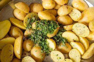 Kräuter und Kartoffeln.