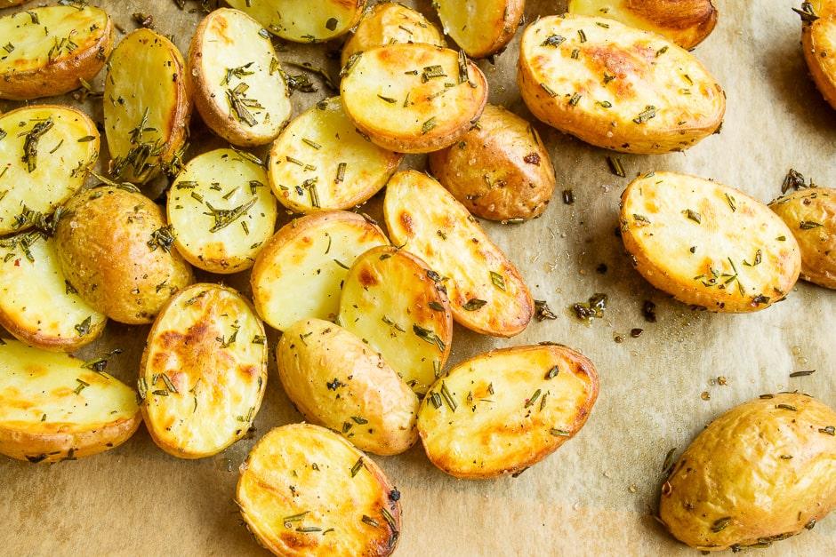 Kartoffeln aus dem Ofen mit Kräuter. Diese halbierten Frühkartoffeln schmecken als Ofenkartoffeln sehr lecker.