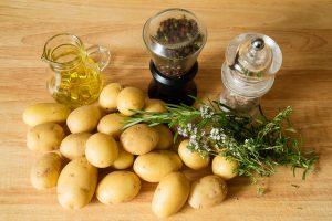Ofenkartoffeln Zutaten auf einem Brett.
