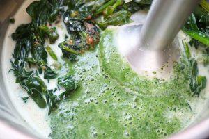 Spinat zubereiten und aufmixen.