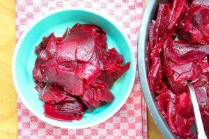 Rote Bete Salat anrichten