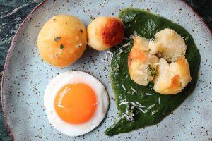 Eier mit Rahmspinat und Kartoffeln auf dem Teller.