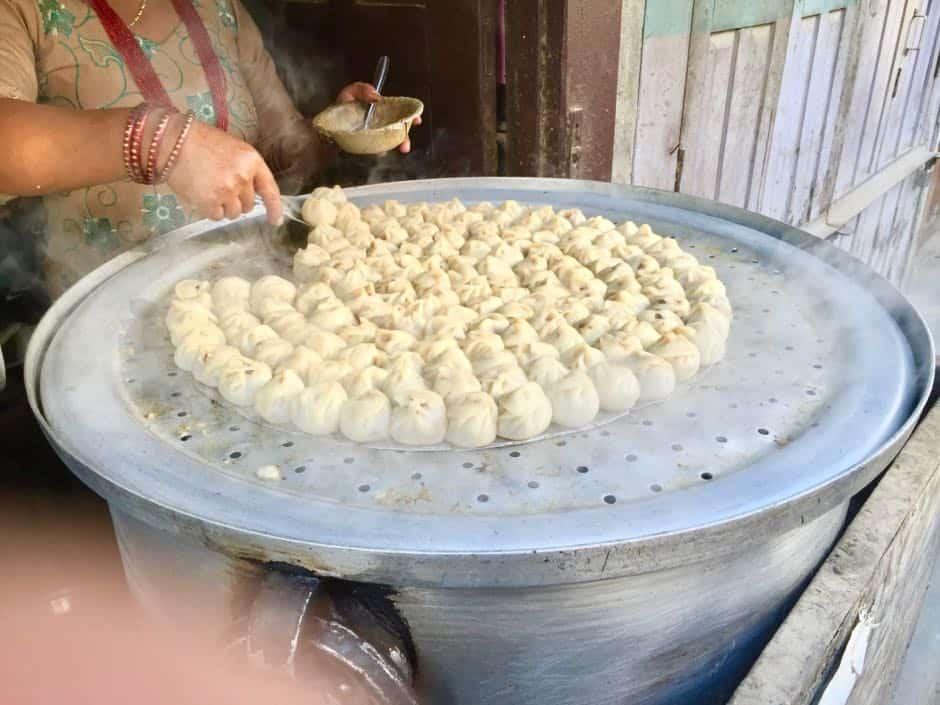 Momo Zubereitung, Teigtaschen in Nepal
