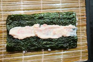 Noriblatt mit Reis umdrehen