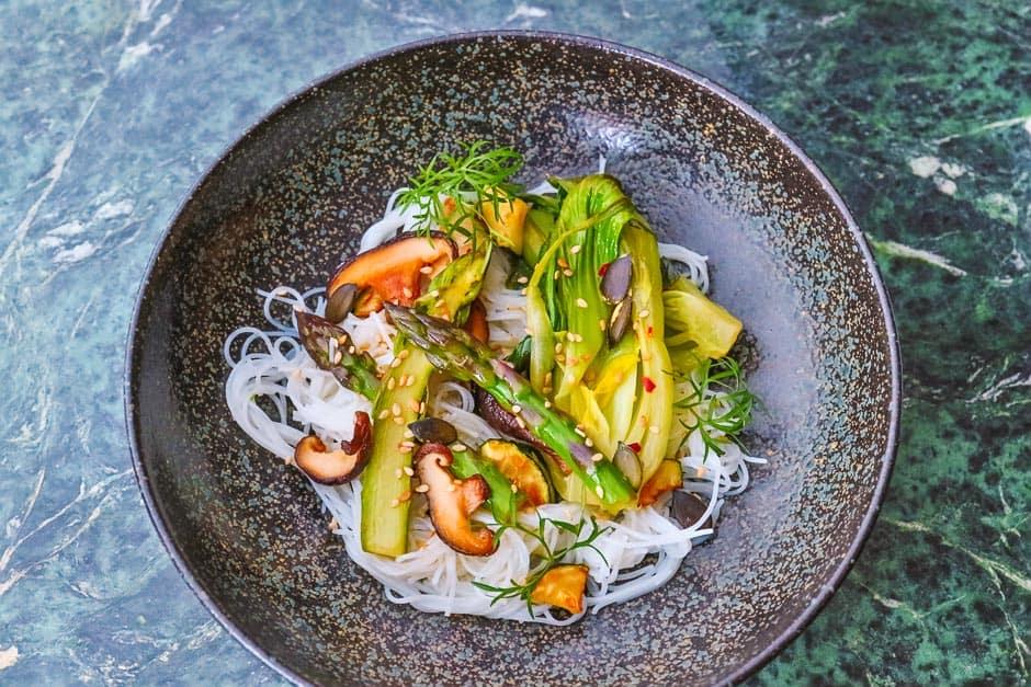 Reisnudelsalat mit viele frischem Gemüse