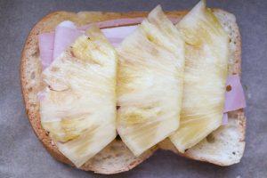Ananas auf Schinkentoast