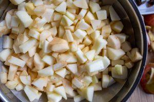 Apfelstücke für Kompott geschnitten in einer Schüssel