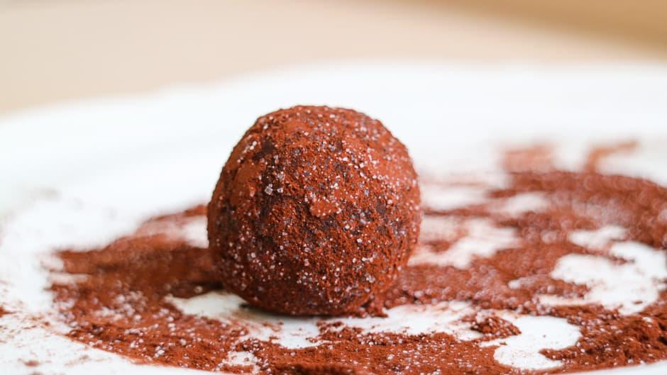 Rumkugeln in Kakao gewendet