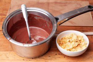 Geschmolzene Schokolade und Cornflakes