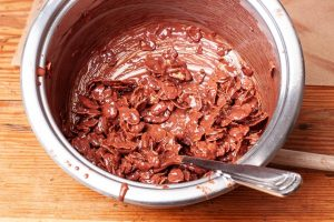 Verrührte schokolade mit Cornflakes