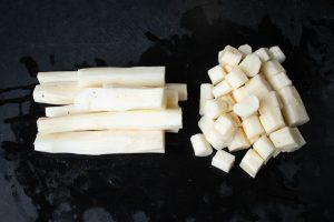 Schwarzwurzel für Suppe schneiden