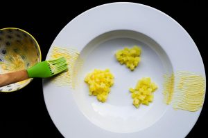 Deko Mayonnaise auf Teller bringen