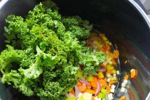 Grünkohl zum Gemüseansatz geben